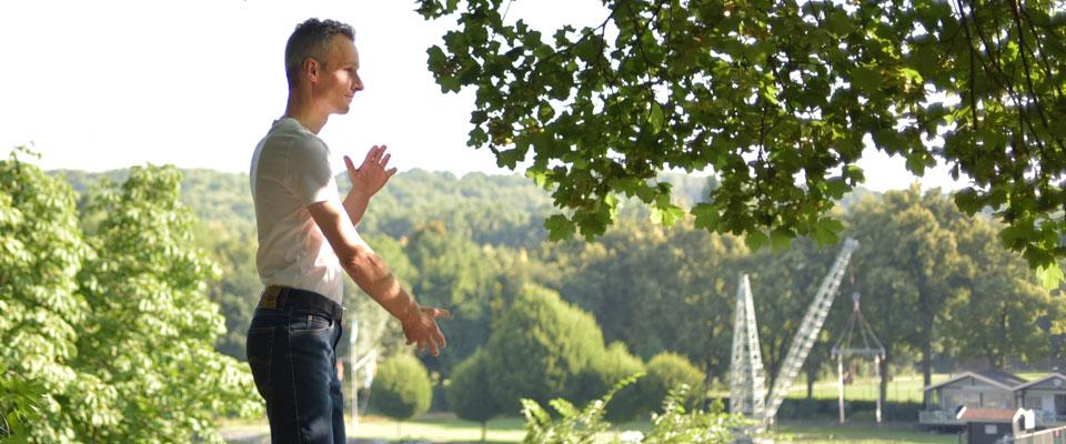 Qigong Übung stehend - Dominik Rollenhagen